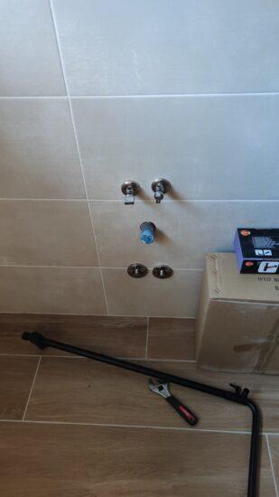 Instalación llaves de escuadra y llaves de paso empotradas.