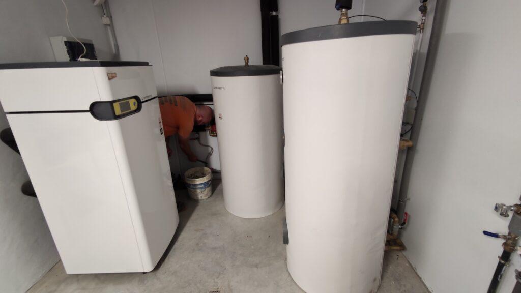 Caldera de geotermia y acumuladores de ACS fontaneros Gijón