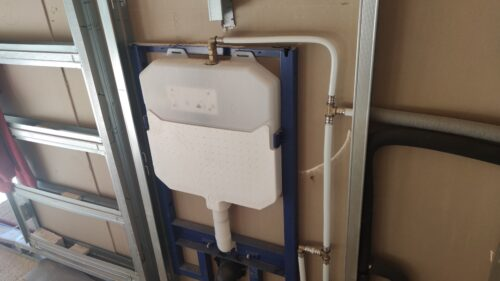Instalación de cisternas empotradas para inodoros suspendidos