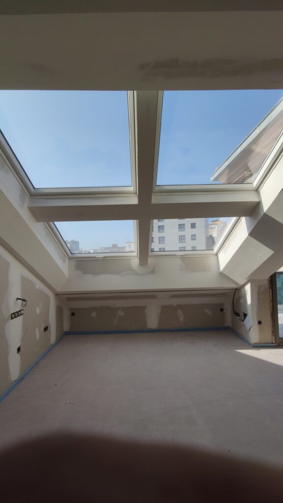 Instalación de ventanas de tejado y trasdosado en yeso laminado