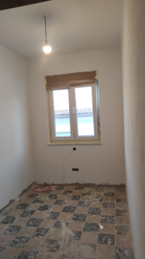 Habitación rozada para pasar cables y instalar mecanismos, emplastecida y pintada. Lista para poner el suelo y rodapies.