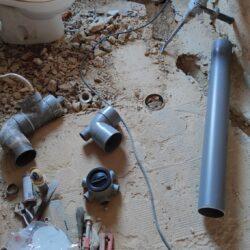 Picando el suelo para mover el inodoro al nuevo emplazamiento.v (Gijón)