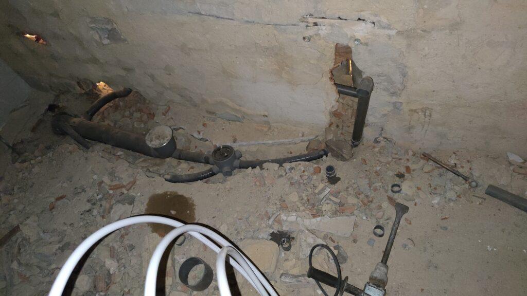 Rozando el suelo para la instalación de tuberías PVC.(Gijón)